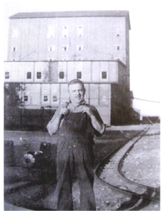 Homme devant le North-American British Nickel Plant à Deschênes. Source : ARD, Collection Lisa Mibach