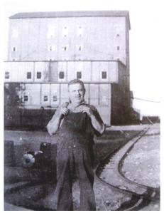 Homme devant le North-American British Nickel Plant à Deschênes. Source : ARD, Collection Lisa Mibach
