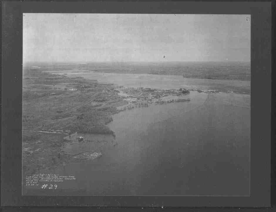 Vue vers l'est dans le canton de Hull des rapides de Deschênes Photographie aérienne du village de Deschênes, Le 29 septembre 1923, Photo no 34, Crown Copyright, NAPL, photo HA16-10,  Fonds du secteur territoire de la Ville d'Aylmer -Urbanisme, Ville de Gatineau  A012