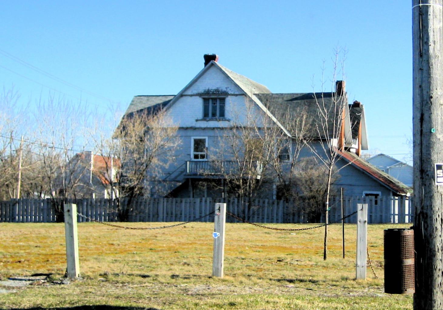 Maison grise avant les rénovations de 2010-2012,  Collection Lisa Mibach, Association des résidents de Deschênes, Gatineau.