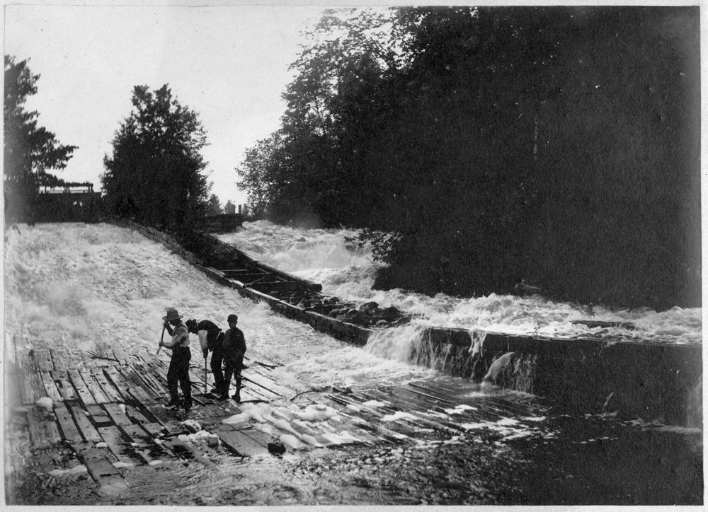 Chats Falls timber slide, Fitzroy Harbour Ont. Repairing the slide Circa : 5 July 1899 Library and Archives Canada / PA--058031 Restrictions on use: Nil Copyright: Expired MIKAN no 3372374