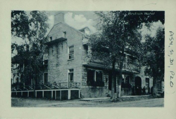 Cote : P154, S1, D1, p20 ; Fonds de la famille Conroy ; Photographie - hôtel British dans : Souvenirs Folder containing 16 photographic Views of Aylmer